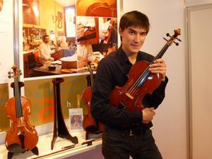 Sergey Malov che suona una viola