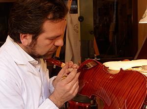 Stefano Trabucchi mentre vernicia uno dei suoi strumenti